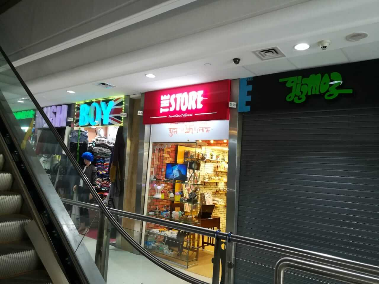 RETAIL SHOP IN A SHOPPING MALL IN BANDRA WEST (ALREADY ON RENT)